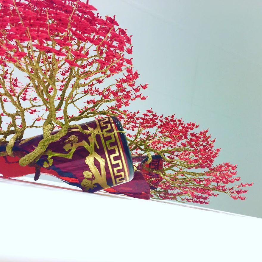 Több ezer, apró origami gólyából készítette elképesztő bonsai-szobrait ez a művész