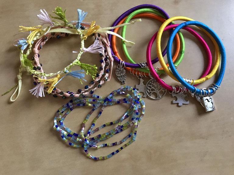 DIY: egyszerű nyári karkötők lusta kézműveseknek