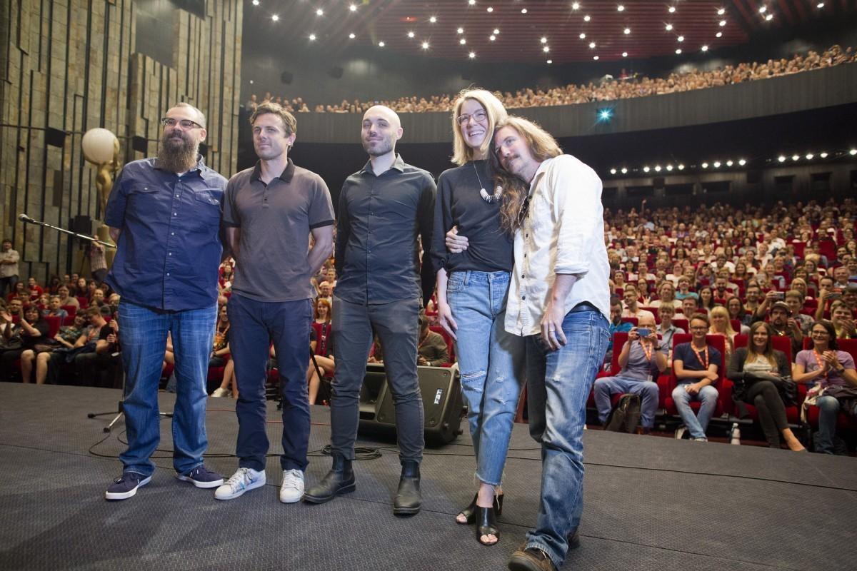 Casey Affleck és David Lowery (középen), a film producereivel Karlovyban (Fotó: KVIFF Press)