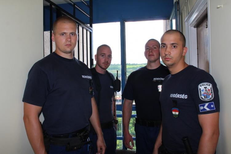 A derekánál fogva rántották vissza az ugrani készülő férfit a rendőrök