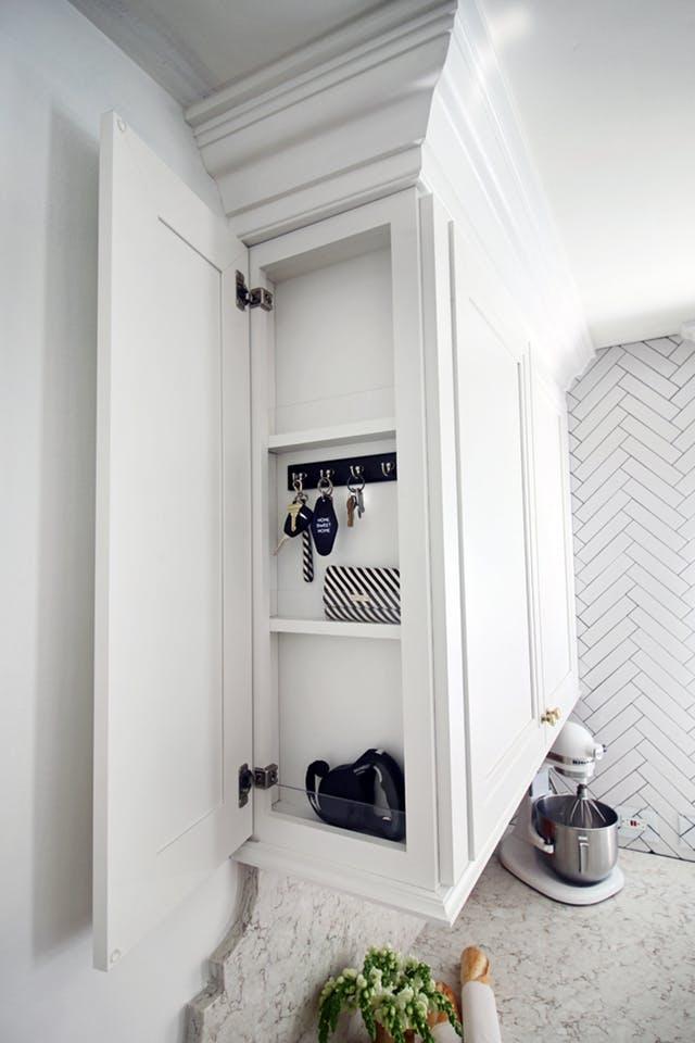 Így csinálhatsz tárolóhelyet a konyhád legkeskenyebb pontjaiból