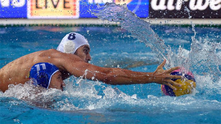 Az orosz Szergej Liszunov (elöl) és Gór-Nagy Miklós (8) a férfi vízilabdatorna negyeddöntőjében - MTI Fotó: Czagány Balázs
