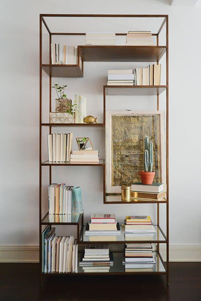 Így rendezd el a könyveidet, ha a sima könyvespolcot már unod