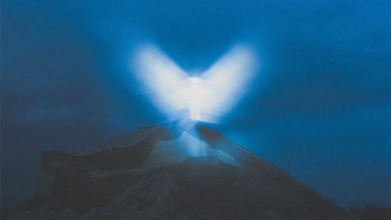 """Az """"angyali jelenés"""", amelyet Pichler fényvisszaverő szalagokkal és az objektívre kent aranyérkenőccsel ért el (Fotó: Klaus Pichler)"""