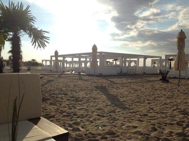 A német tengerparton is vannak strand bárok, mint például ez itt Warnemündében, ahová bőven este kilenc után érdemes érkezni