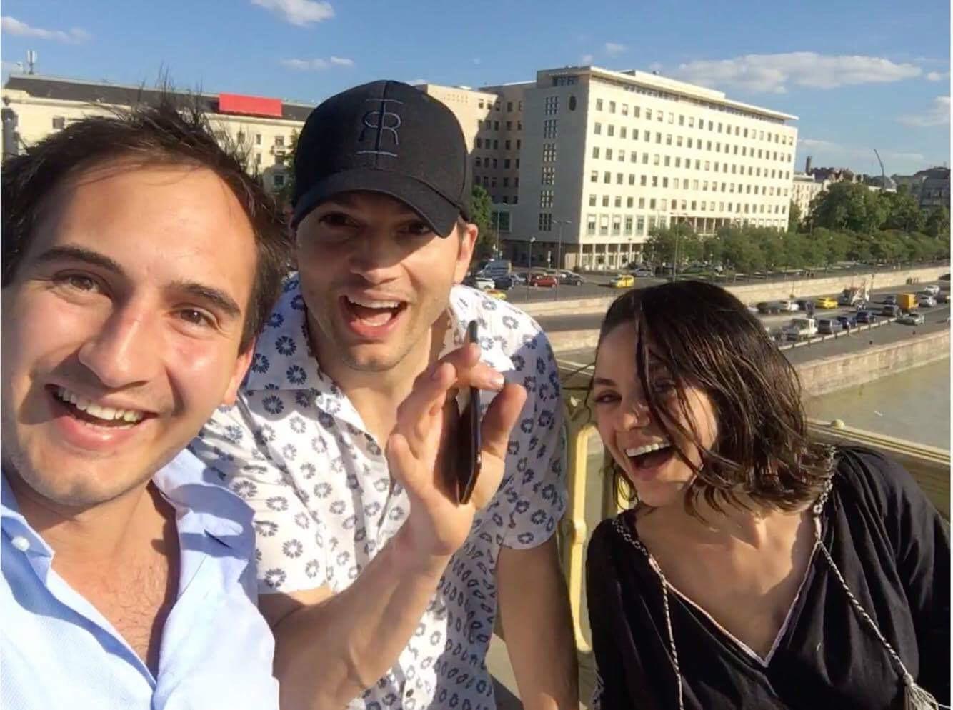 Ashton Kutcher és Mila Kunus a Margitszigeten sétálgat