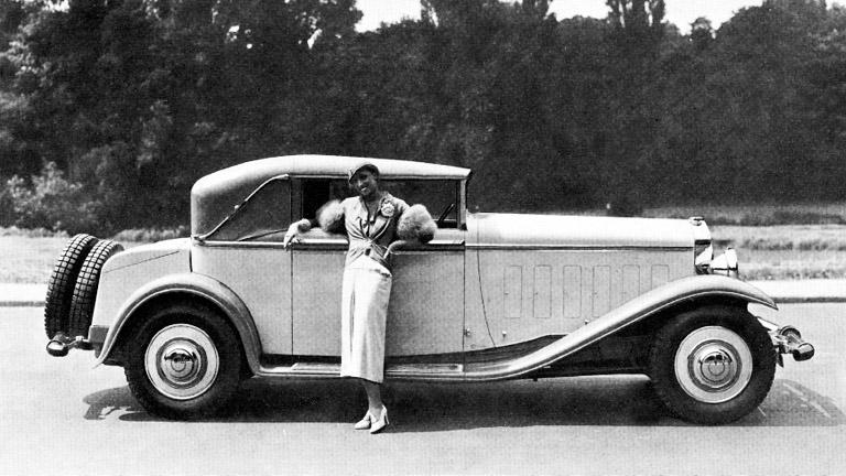 Josephine Baker elegáns Letourneur & Marchand típusú kabriója mellett, 1931-ben (Fotó: Getty Images)