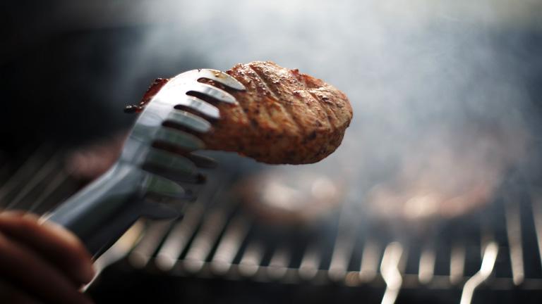 Bár a közhiedelem szerint a grillhúst nem jó forgatni, a tudomány mást mond (Fotó: Getty Images)