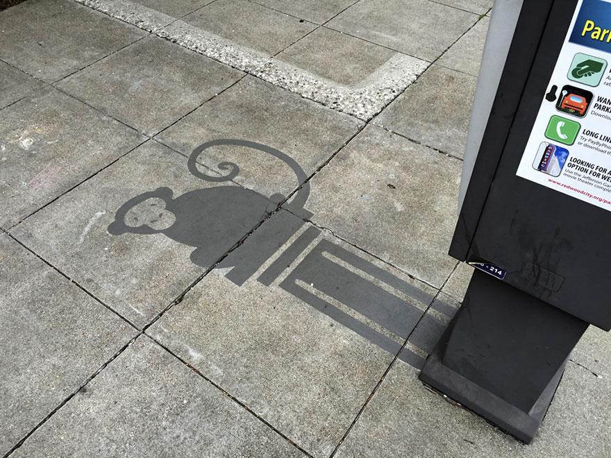 Izgalmas árnyékokkal dobja fel az utcai tárgyakat egy művész