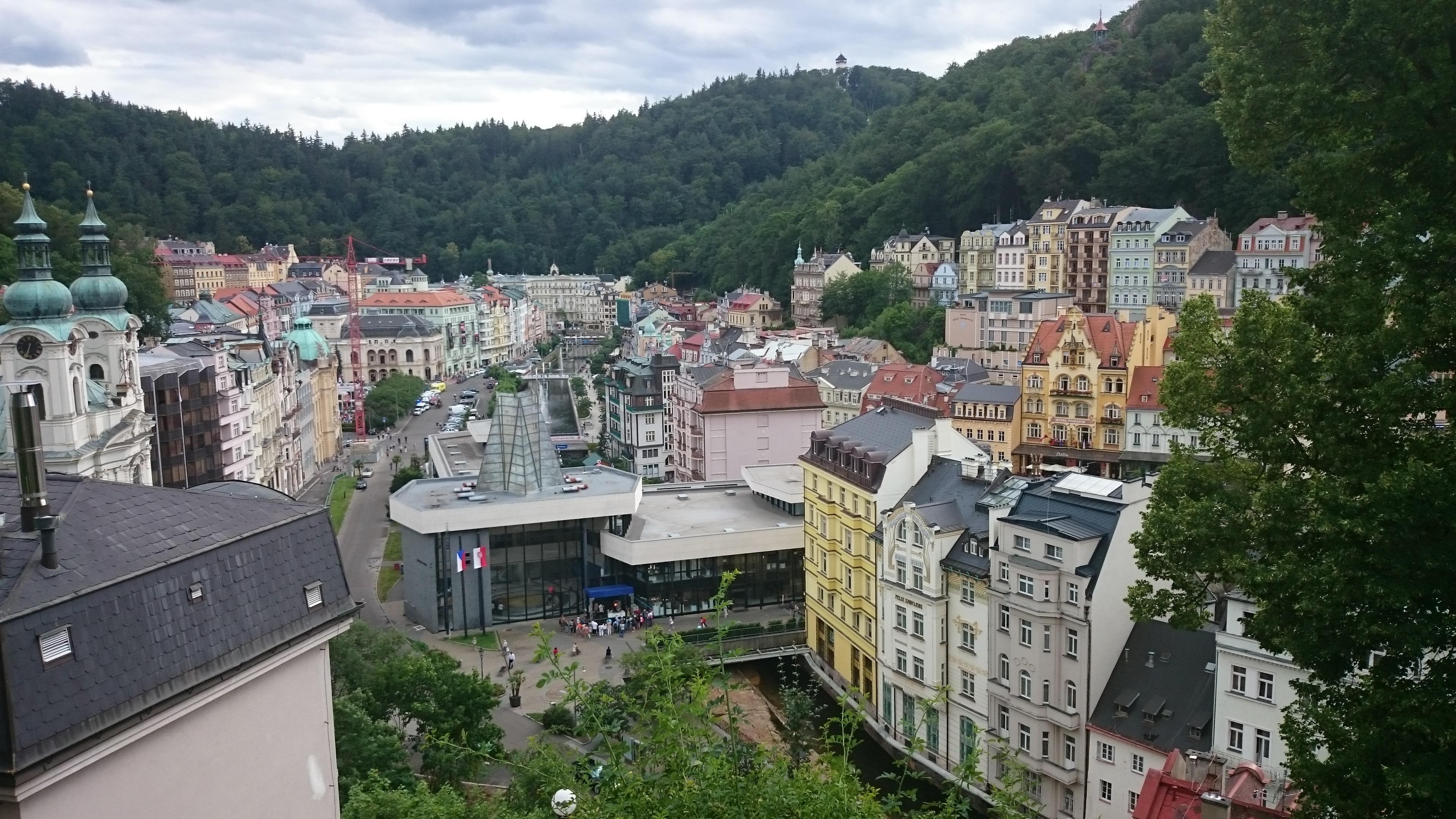 Karlovy Vary felülnézetből.