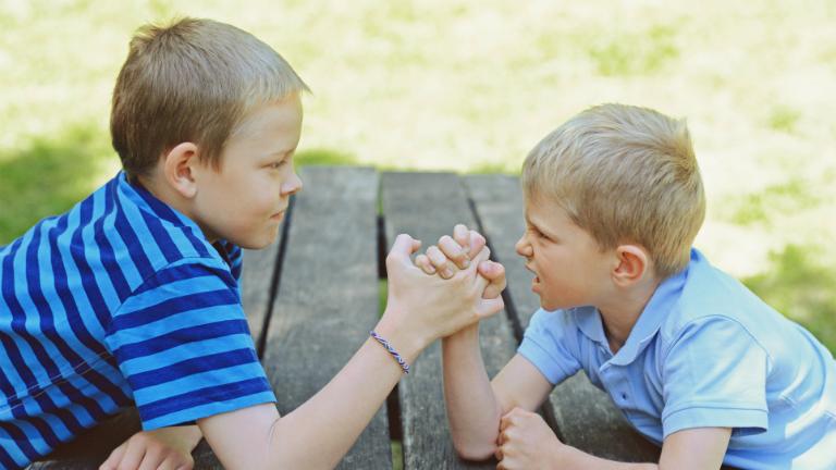 A testvérek versengése, sőt a veszekedés is teljesen normális