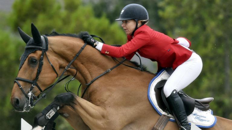 Hugyecz Mariann lova, Chacco Boy nyergében a CSIO Grand Prix díjugrató versenyen a Nemzeti Lovardában 2016. július 17-én. Fotó: MTI