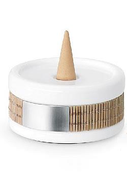 A rozsdamentes acélból, porcelánból és bambuszból készült füstölőtartó modern lakások dizájnos kiegészítője lehet. Füstülőkúp szett (4466 Ft, Blomus)
