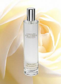 A finom púder illat és a virágok természetes kivonata elegáns gazdagságot kölcsönöz a kompozíciónak, mely a belle epoque hangulatát idézi. Teint de Neige Spray  (9800 Ft/100 ml, Neroli Parfüméria)