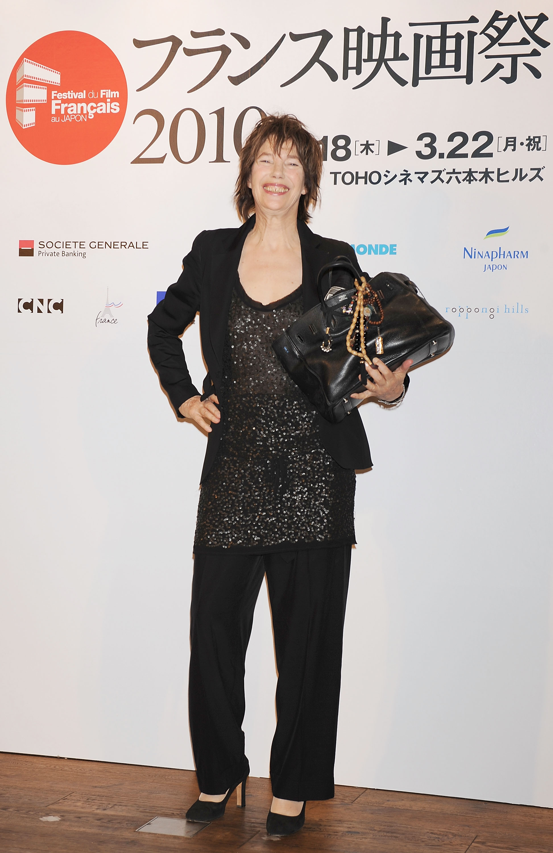 Jane Barkin a róla elnevezett Hermes Birkin kézitáskával, 2010-ben (Fotó: Jun Sato/WireImage)