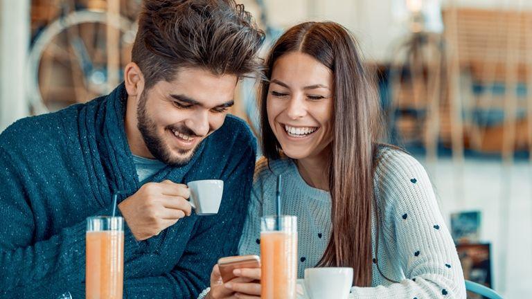 baráti összejövetel férfi és nő között)