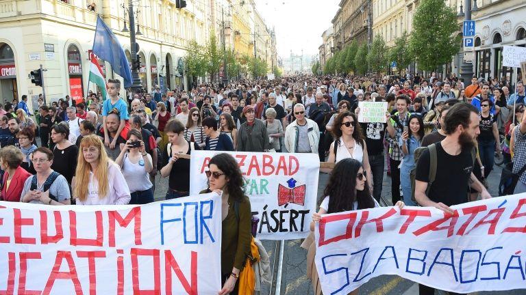 Tüntetés a CEU mellett 2007. április 9-én (MTI Fotó: Balogh Zoltán)