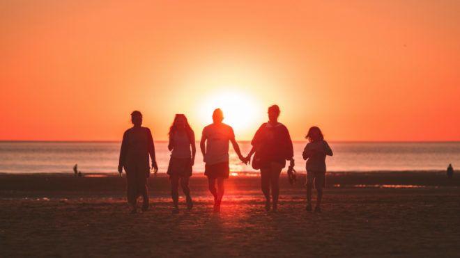 család tengerpart naplemente
