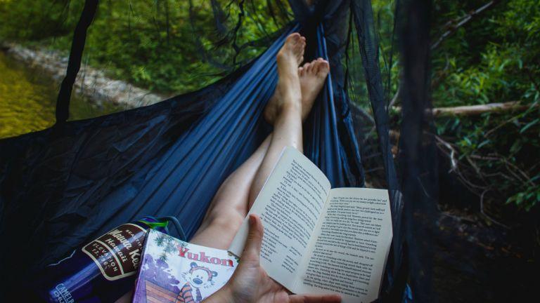 olvas függőágyban