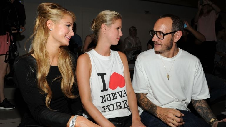 Paris Hilton, Nicky Hilton és Terry Richardson 2014-ben (fotó: Craig Barritt / GETTY IMAGES NORTH AMERICA / AFP)