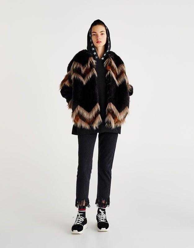 d4e70dea1f Igazi különlegesség, körbevágott nyakrésszel, hosszított kabátujjakkal és  egyedi mintával (Pull&Bear, 19.995 forint)