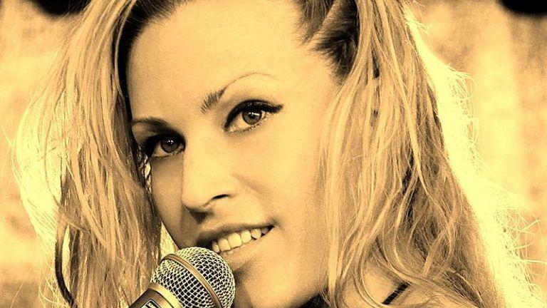 Pásztor_Anna, énekesnő