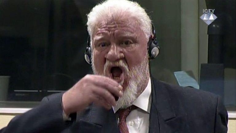 Slobodan Praljak mérget iszik (fotó: MTI/AP/Nemzetközi Törvényszék)