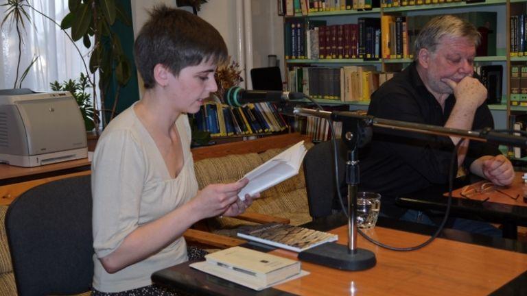 Follinus Anna egy felolvasáson 2012-ben (fotó: Kölcsey Ferenc Városi Könyvtár)