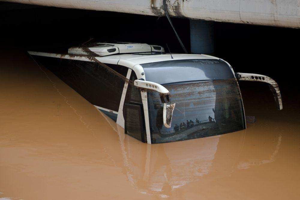 Eléfszina, 2017. november 15. A heves esõzések által okozott árvízben elmerült autóbusz az Athén közelében fekvõ Eléfszinában 2017. november 15-én. A régióban pusztító viharok következtében legkevesebb hét ember életét vesztette. (MTI/AP/Petrosz Janakurisz)