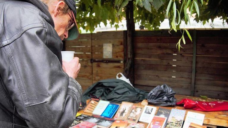 Egy férfi könyveket nézeget a Heti Betevő egyik eseményén (forrás: Heti Betevő FB)