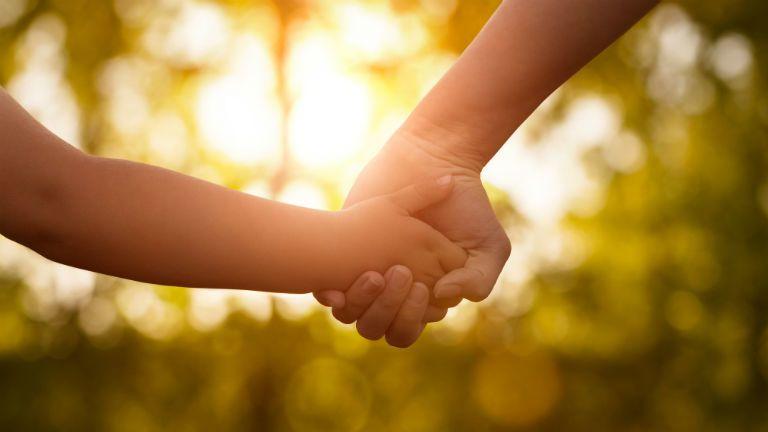 kez, csalad, orokbefogadas, gyerekneveles