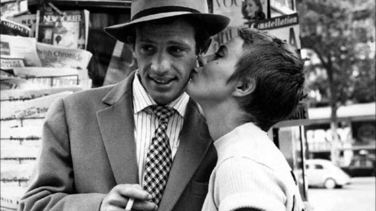 Jean-Paul Belmondo, Jean Seberg és egy cigaretta a Kifulladásig című filmben (forrás: Örökmozgó)