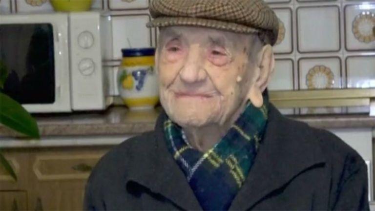 Egy pohár tejjel ünnepelte 114. szülinapját a világ legidősebb embere