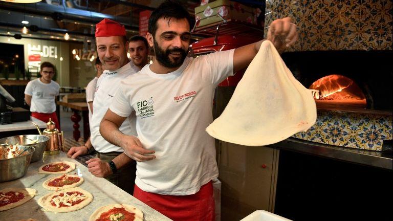 Pizza készül Bolognában (fotó: AFP / Vincenzo Pinto)