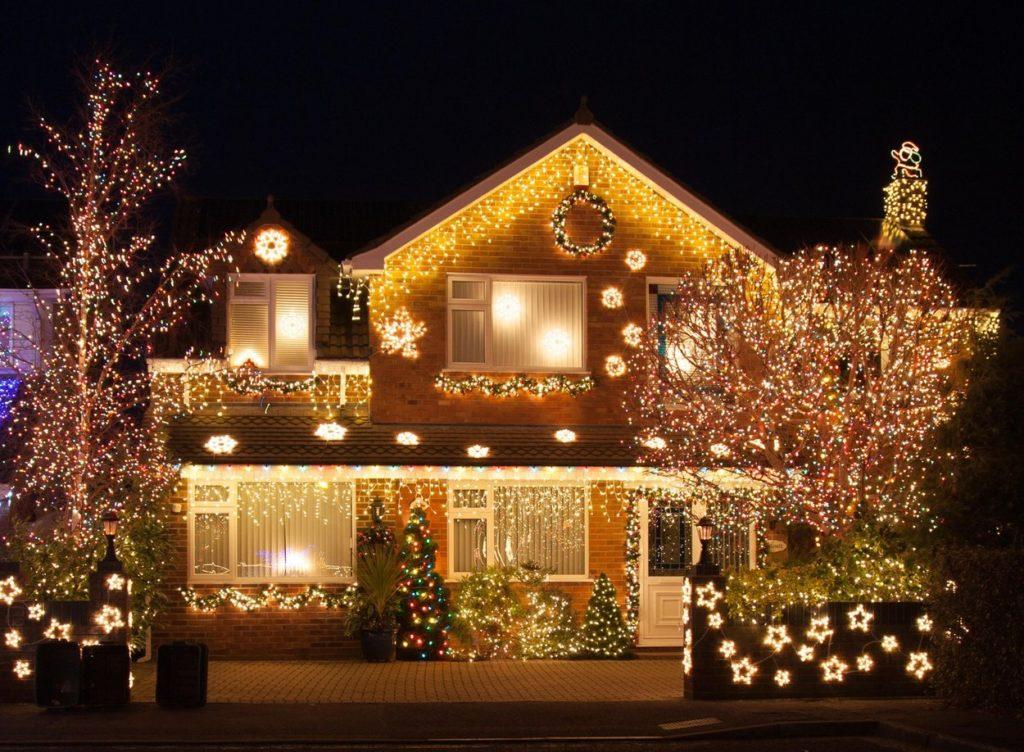 Karácsonyi égősor kint
