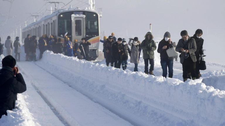 Hóvihar, japán vonat (fotó: MTI/AP/Kyodo/Takekuma Szuo)
