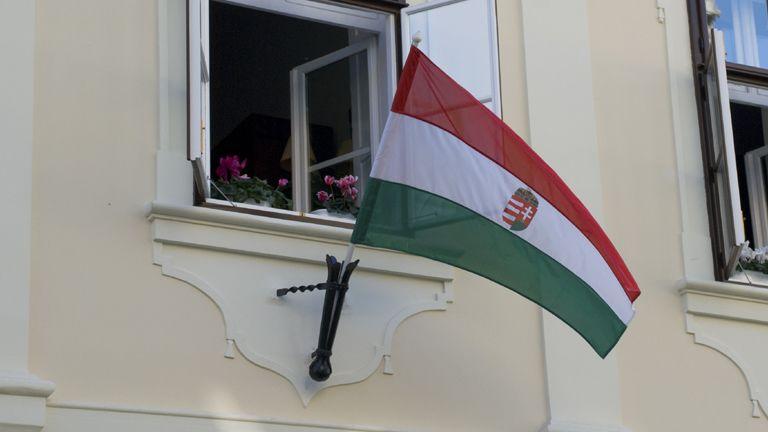 magyar zászló román nő magyar