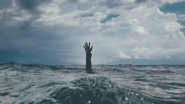 kéz tengerben segítségkérés