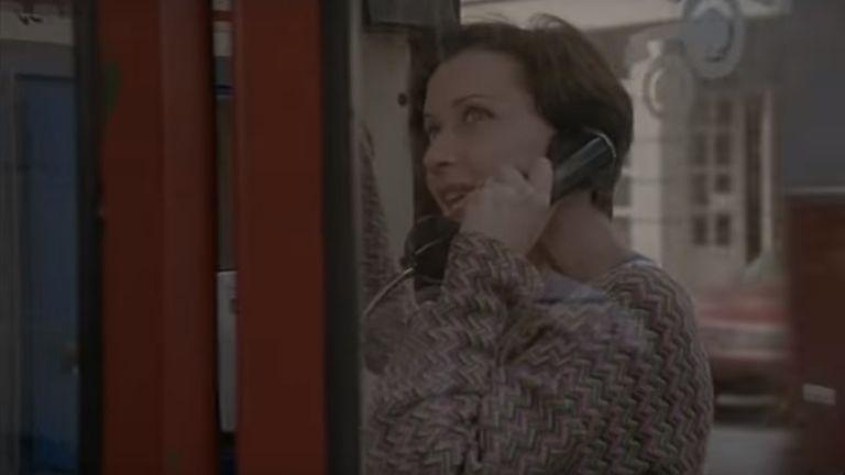 Eszenyi Enikő, Sztracsatella, telefonfülke (forrás: Budapest Film)