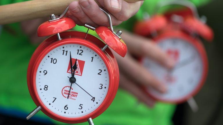óra, vekker, óraátállítás (fotó: Ralf Hirschberger/dpa-Zentralbild/dpa)