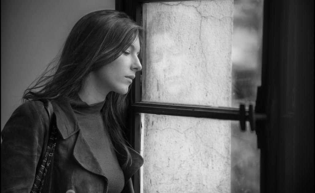 szomoru nő magány tükröződés