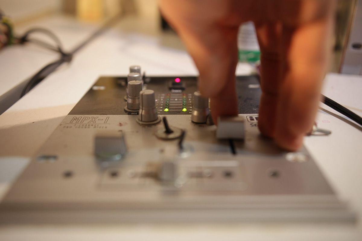 """Retrócsoda egy fóti műhelyben: így készül a """"kézműves"""" hanglemez"""
