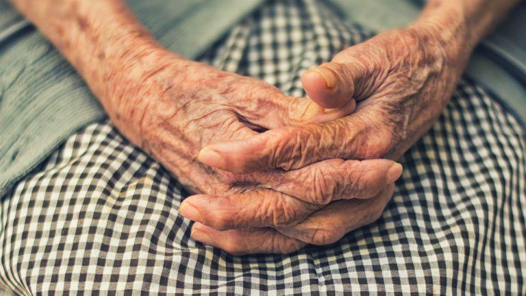 idős asszony fürdőkád kéz