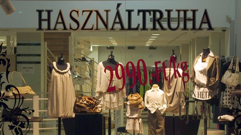 7218c4d313 Külföldről származó, használt női ruhákat árusító, elegáns szaküzlet a  főváros V. kerületének egy forgalmas utcájában MTI/Bizományosi: Jászai Csaba