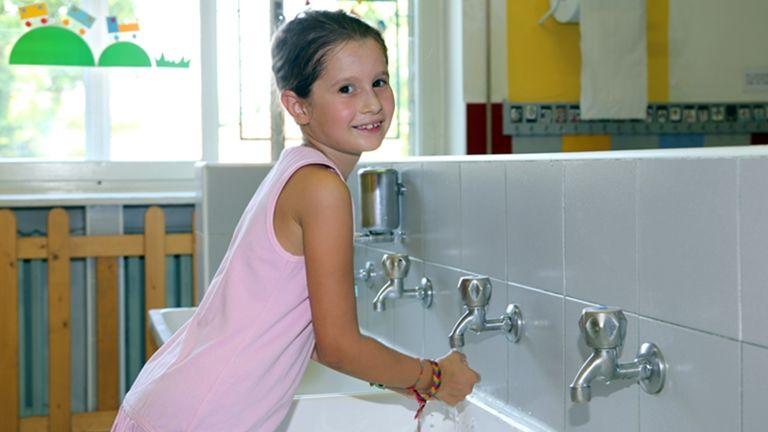 kislány mosdó kezémosás
