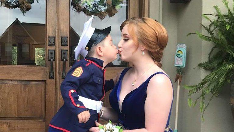 katona kisfiú bál barátnő
