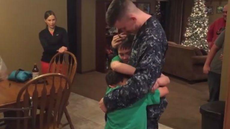 katona testvérek ölelés hazatérés sírás