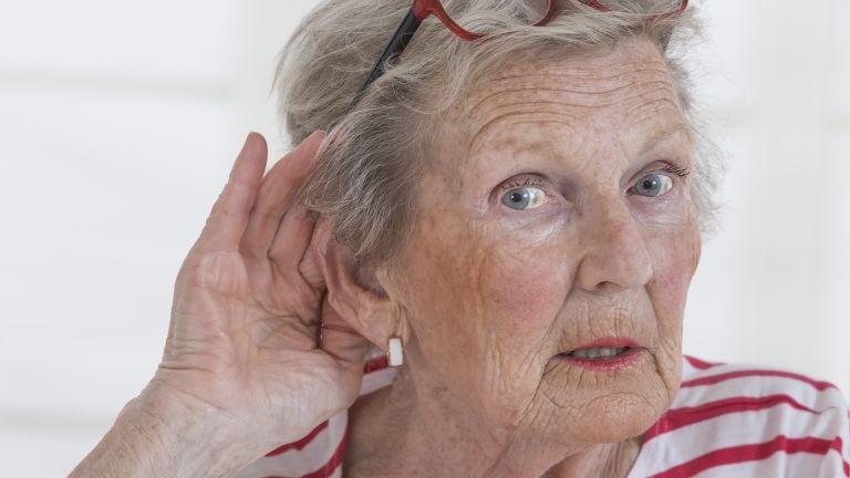 halláskárosodás, süket (fotó: Chassenet/BSIP)