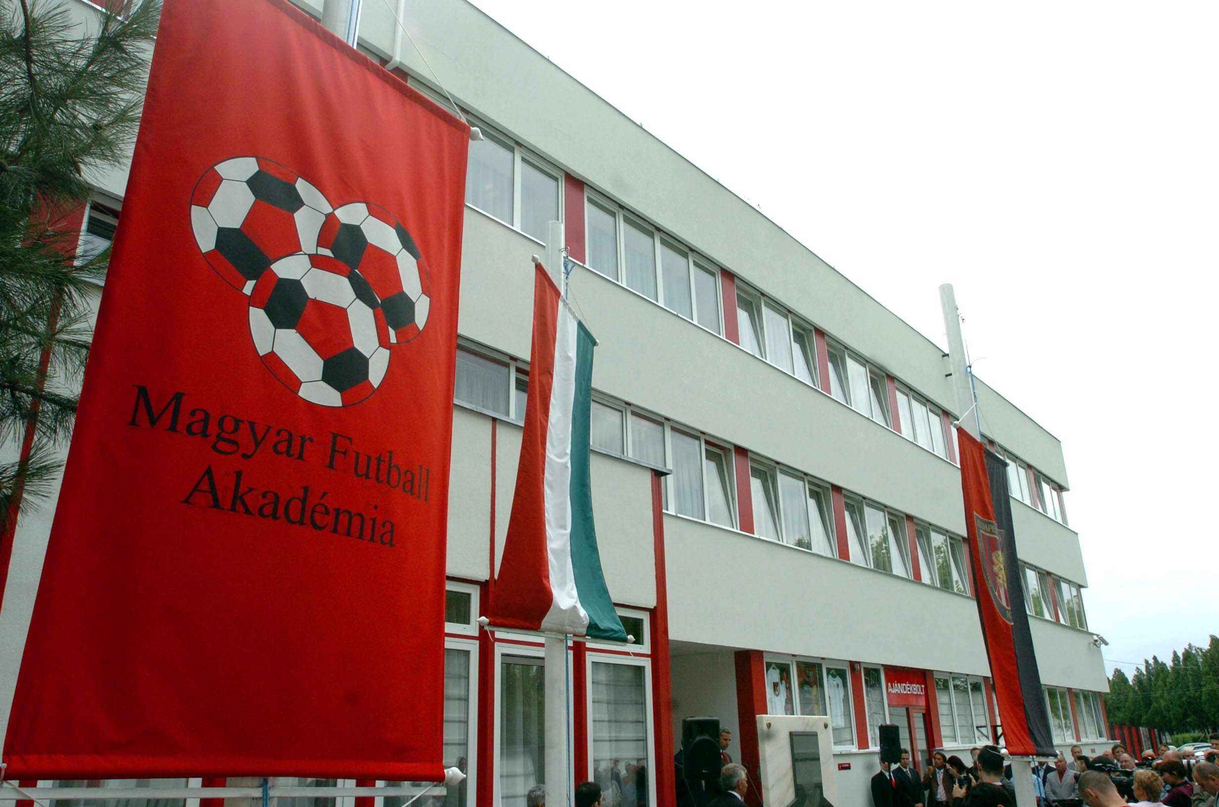 Négy fiú vádolja zaklatással egy budapesti fociakadémia tanárát  2362aad9d8