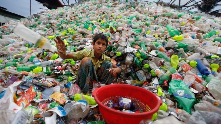 Műanyag-újrahasznosító telep Bangladesben (fotó: Mehedi Hasan/NurPhoto)